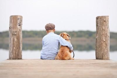 寄り添う少年と犬