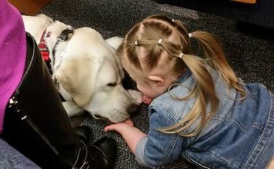 犬に顔を近づける少女
