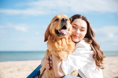 犬と女性と海