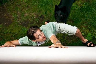 犬から逃げようとしている男性