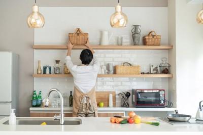 キッチンを整理整頓する人の後ろ姿