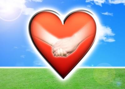 草原 青い空 ハートの中に握手
