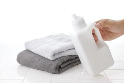 タオルと白い洗剤ボトル