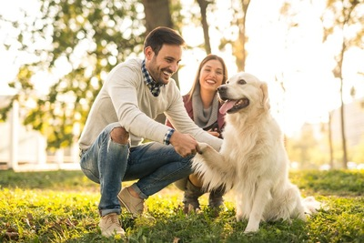 男性と女性と犬