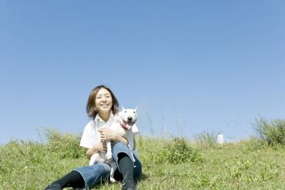 女性に抱かれる犬 23158672
