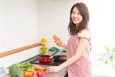 お料理をする女性