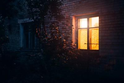 明かりがついた家の窓