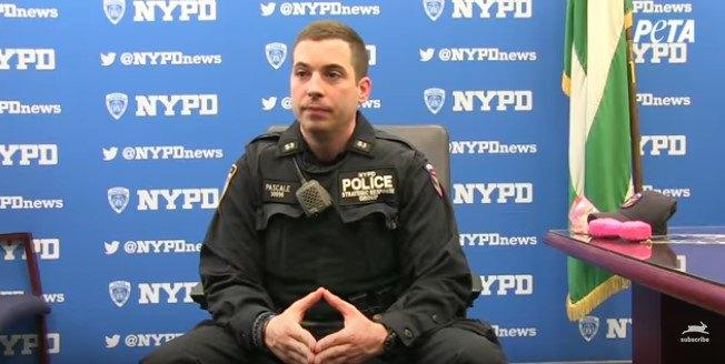 座って放す警察官