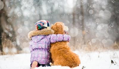 雪の中の少女と犬