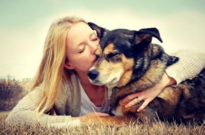 寄り添う犬と飼い主