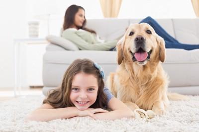 少女と大型犬