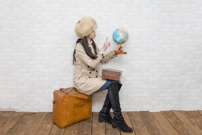 旅行鞄と女性 133048970