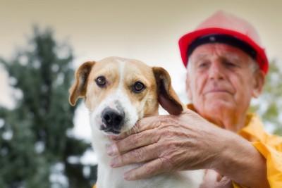 ヘルメットを被った男性と犬