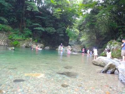 水の中で遊ぶ人たち