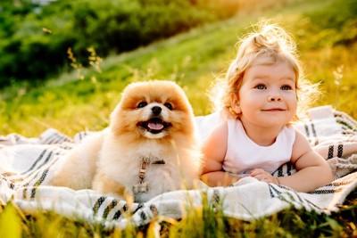 笑っている女の子と犬