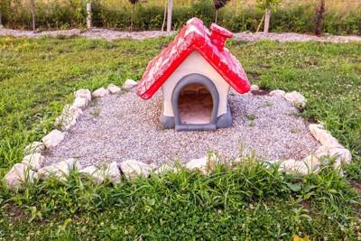 赤い屋根の家の形の墓石