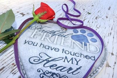犬の思い出の品と花