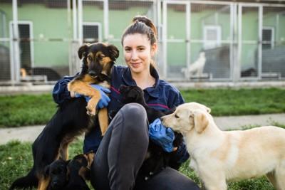 保護施設の職員と犬たち