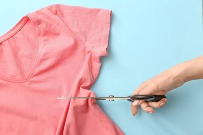 ピンクのTシャツを切るハサミ