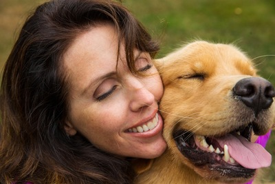 顔を寄せ合う犬と飼い主