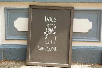 DOG WELCOMEと書かれた看板