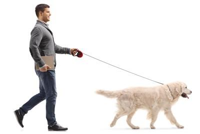 犬と散歩する男性