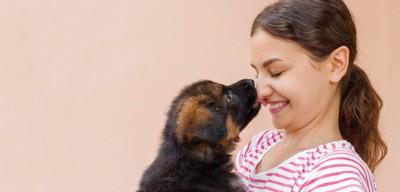 女の子の顔を舐める犬