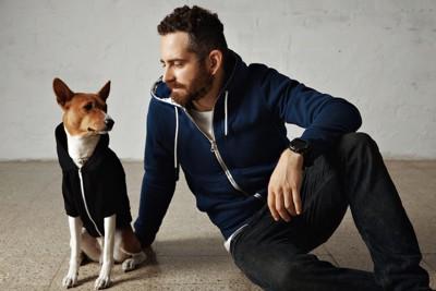 お揃いの服を着た犬と男性