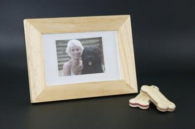 写真立ての女性と犬の写真