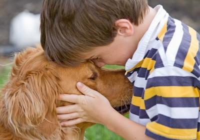 男の子と大型犬