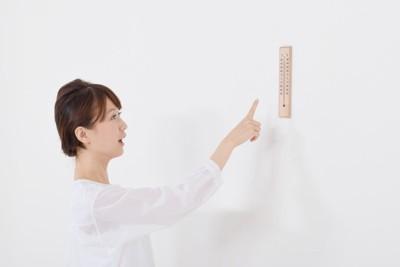 温度計を指さす女性