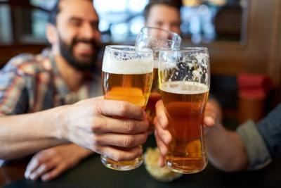ビールを楽しむ人々