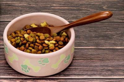 陶器の食器と木のスプーン