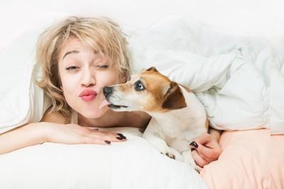 女性にキスする犬