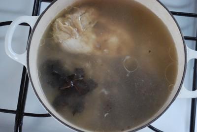 材料を煮込んでいる鍋