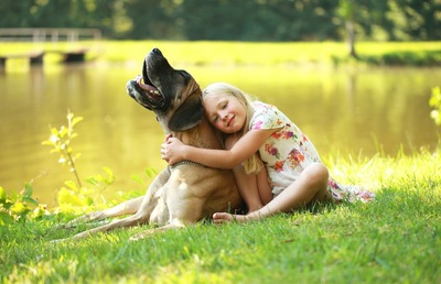 犬に抱きつく子供