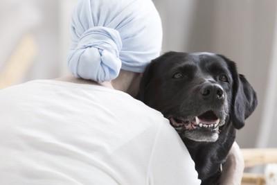 セラピードッグを抱きしめるガン患者