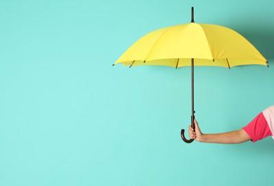 水色背景と黄色い傘