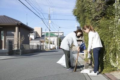 町内清掃をする人たち