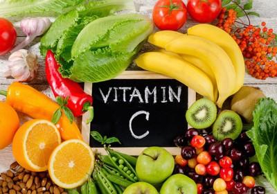 様々な種類の食材とビタミンCの文字