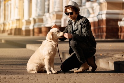 犬と全身黒服でサングラスな人