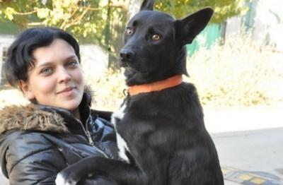 抱き合う犬と女性