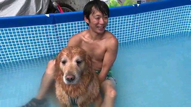 座る男性と犬