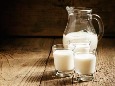 コップに入ったミルク