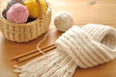 手編みのマフラーと毛糸玉