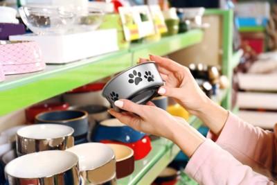 犬用食器を選ぶ女性の手