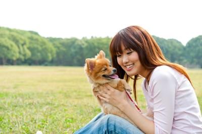 外で女性と遊ぶ犬