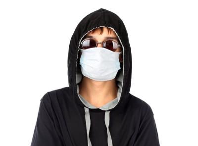 マスクとサングラスをした男性