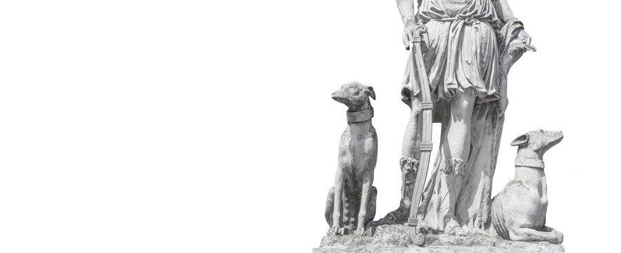 彫像に寄り添う犬の彫刻