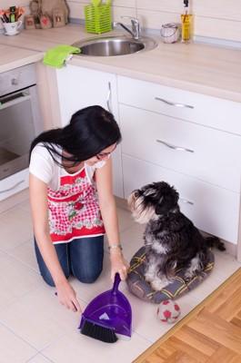 掃除をする女性と犬